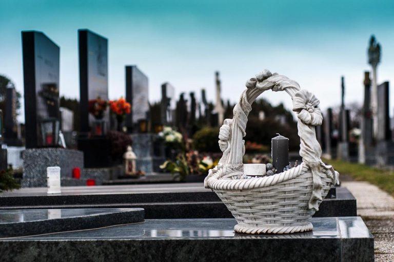 Co ma znaczenie przy szukaniu firm pogrzebowych?